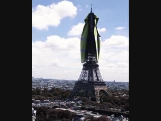 Le plus gros gilet jaune est porté par la plus grande dame de France : La tour Eiffel
