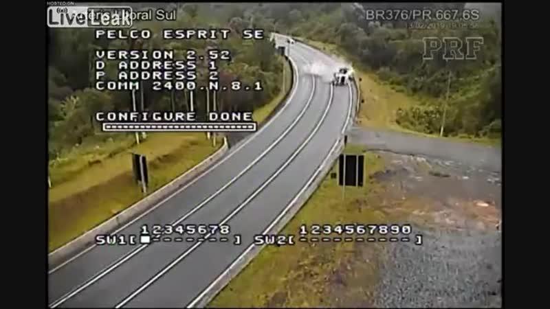 Водитель грузовика умирает после поворота на высокой скорости