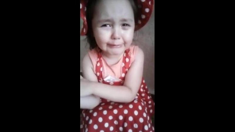 Девочка плачет , замуж уж очень надо ей.