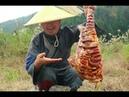 秘制烤羊腿,一人吃着一腿,真解馋(Secret system roasts leg of sheep, one person is eating a leg, really solve greedy)