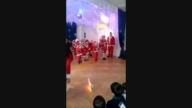 В Казахстане на предновогоднем утреннике в актовом зале детского сада запустили фейерверк mp4