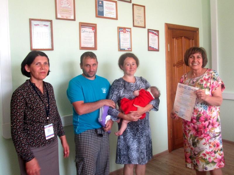 В Зеленчукском районе вручили сертификаты на материнский капитал