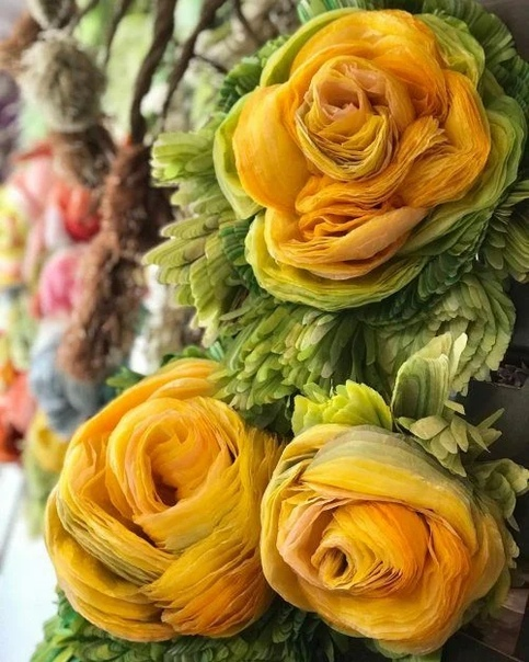 Марианне Эриксен Скотт-Хансен не нужно беспокоиться о том, что ее цветы увянут Она создает огромные букеты цветов из папиросной бумаги с бесчисленными лепестками и листьями в букетах. Каждая