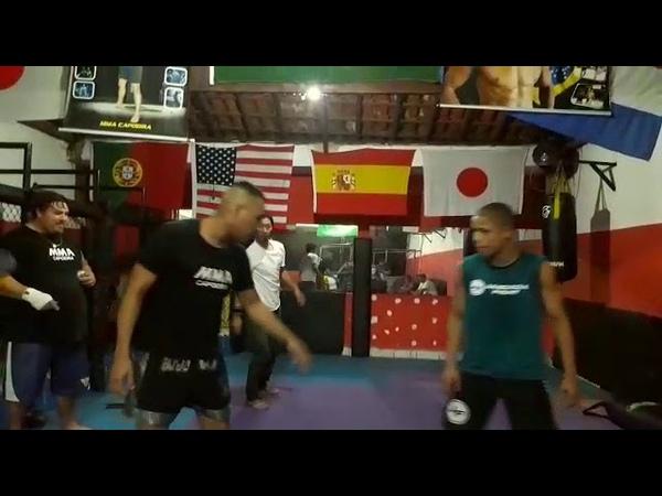 Alex ensina Tesoura na capoeira