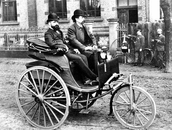 Карл Бенц за рулём своего первого запатентованного автомобиля.