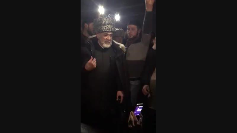 Кадыровцы приехали к старейшине в Ингушетии и вызвали его на шариатский суд. (Русские субтитры)
