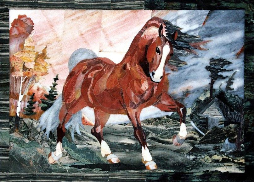 """Мозаика """"Красный конь"""" - изделие алтайских камнерезов"""