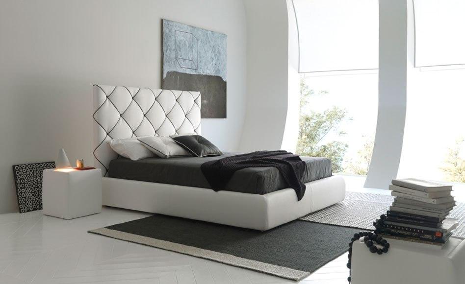 Белые кожаные кровати в интерьере