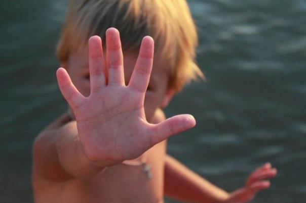 Постоять за себя: 10 правил, о которых нужно рассказать ребенку. Каждому ребенку придется сталкиваться с ситуациями, когда нужно будет отстаивать свои права и точку зрения, проявлять мужество и настойчивость. Не позволить дразнить себя обидным прозвищем, отказаться от предлагаемых сигарет или алкоголя, не смеяться вместе со всеми над новеньким одноклассником, защитить себя от агрессии другого ребенка. Мы не можем подстелить соломку на каждый детский шаг, но мы в силах научить ребенка сохранять…