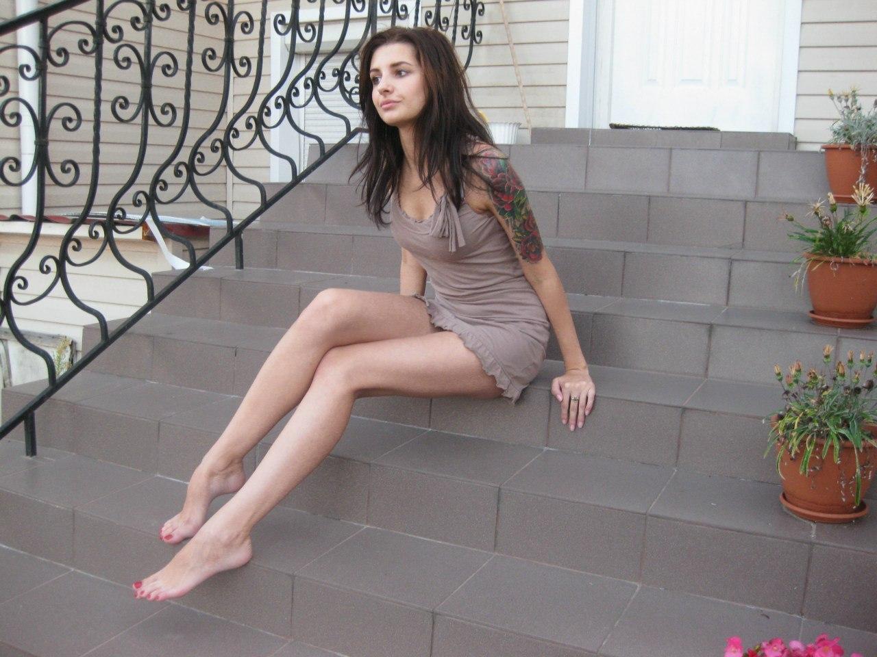 Фото девушки в платье с красивыми босыми ножками