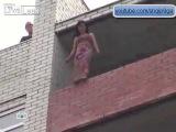 Девушка решает пригнуть с 12 этажа She decides to bend the 12th floor