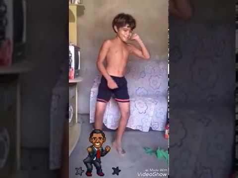 Menino dançando