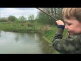 Мальчик ловит маленьких карпиков)) CARP FISHING. КарпФишинг.