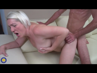 Муж дрючит свою пышную жену на диванчике. mature mom milf wife housewive husband hardcore pussy fuck blowjob cock dick sex blond