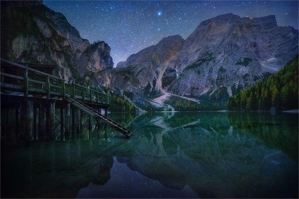 Озеро Брайес в Доломитовых Альпах, Италия. Автор фото: Александр Киценко. Спокойной ночи!