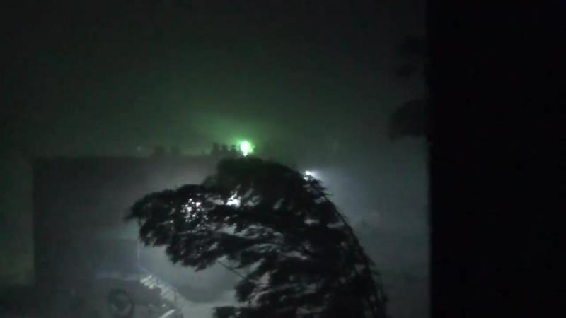 Сильный ветер Лесосибирск 2018 29 июня Вывернул деревья с корнем шифером побил а