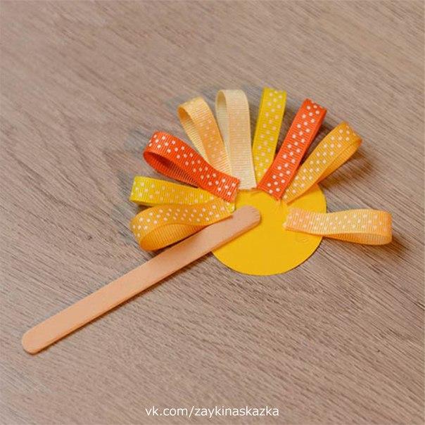 ЛЬВЁНОК НА ПАЛОЧКЕ Поделка из картона и ленточек. Вместо лент можно использовать полоски из жёлтой и оранжевой бумаги.Расчесали львёнку чёлку,Полюбуйтесь-ка на львёнка!Улыбается игриво:Я, как