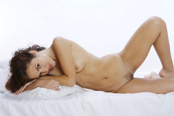 Красивая голая шатенка
