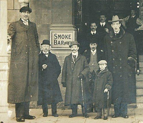 На фото слева: русский великан, Фёдор Махнов. Его рост 285см.