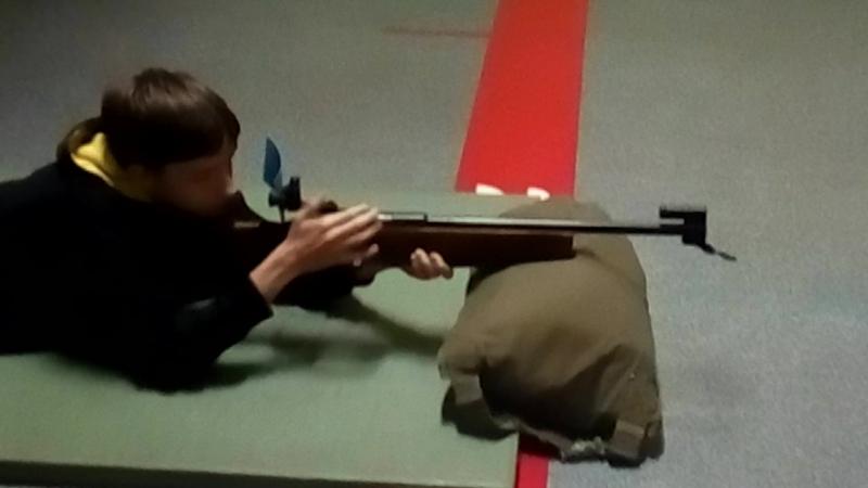 стреляю по мишеням из советской биатлонки
