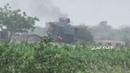 Западное побережье Йемена - сжигание бронированной машины после удара с управляемой ракеты к востоку от Тахты