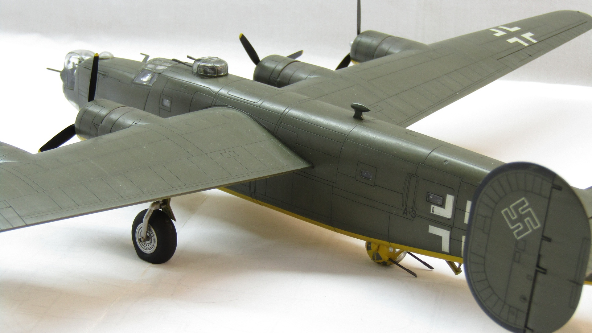 B-24H Liberator 1/72 (Academy) FT0zvmJNjkU