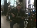 001_в гитарном магазине в москве певец пророк сан бой выбирает гитару