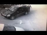 В Екатеринбурге местный мажорик решил встать на место, отмеченное как парковка для инвалидов, но получил лопатой по голове от ох