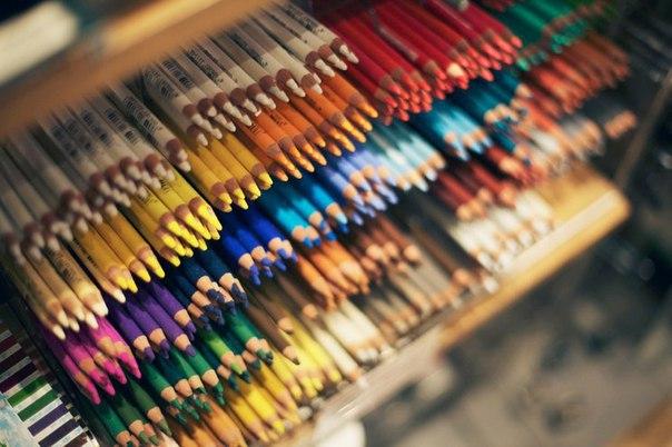 Сочетаем цвета правильно 1. Белый: сочетается со всем. Наилучшее сочетание с синим, красным и черным. 2. Бежевый: с голубым, коричневым, изумрудным, черным, красным, белым. 3. Серый – базовый цвет, хорошо сочетается с капризными цветами: фуксия, красный, фиолетовый, розовый, синий. 4. Розовый – с коричневым, белым, цветом зеленой мяты, оливковым, серым, бирюзовым, нежно – голубым. 5. Фуксия (темно – розовый) – с серым, желто-коричневым, зеленым лаймом, зеленой мятой, коричневый. 6. Красный –…