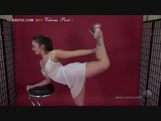 Обнажённая и симпатичная балерина