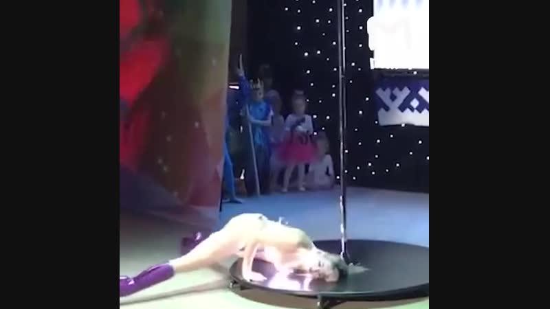 Участница конкурса Звезда Ямала в Новом Уренгое станцевала на шесте перед десятилетними детьми.
