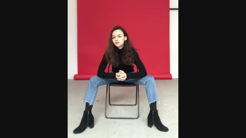 Позирование сидя на стуле