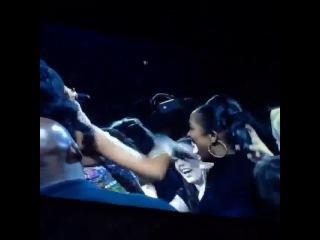 2013: Рианна обнимает фанатов на концерте в Новом Орлеане