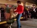 Лабрадор танцует Мамбо