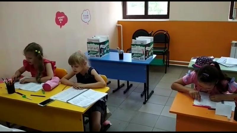 Тренировка чисточтения на занятиях по скорочтению в центре детского развития SmartyKids