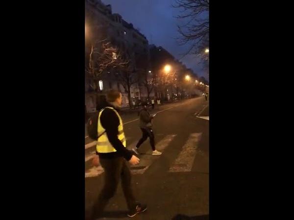 Gilets jaune Carnage a Paris La nuit tombe les magasins ouvrent