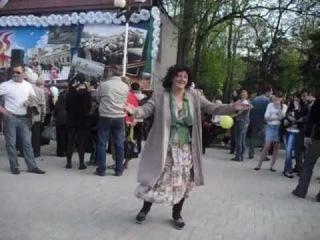 Пьяная женщина в парке им. Горького