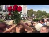 Цветы на прощании с А. Захарченко передавали над головами, так как все не успели попрощаться, столько было людей!