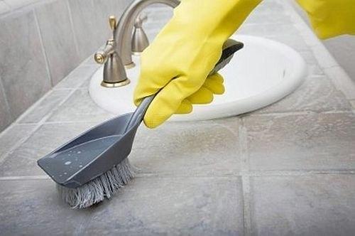 Как просто и эффективно избавиться от плесени? Для того чтобы избавиться от грязи и плесени в плиточных швах в ванной, нужно в мисочку налить стакан горячей воды и сделать крепкий содовый раствор (две столовые ложки с горкой), туда же столовую ложку стирального порошка. Берем зубную (или любую другую) щеточку и обрабатываем полученным раствором швы. Это можно делать и губкой для посуды, используя ее жесткую сторону. После нескольких обработок плесень больше не вернется.