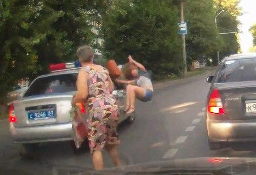 В Ростове сотрудник ГИБДД, двигаясь по встречке, сбил девушку. ВИДЕО