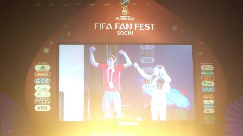 Парень сделал своей девушке предложение после победы России со счетом 3:1 над Египтом (FIFA Fan Fest Sochi)