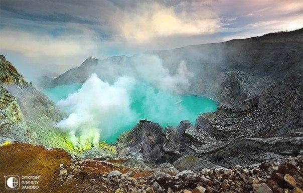 Озеро в кратере вулкана Иджен на острове Ява, Индонезия