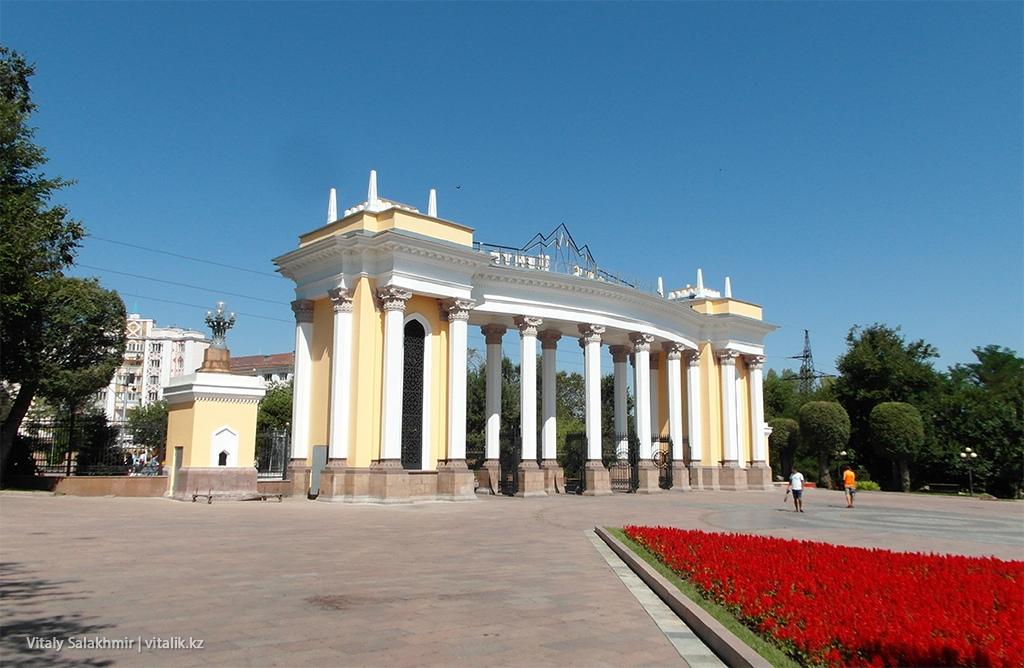 Вход в Центральный Парк Алматы изнутри, 2018