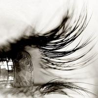 Девушка в слезах черно белое фото