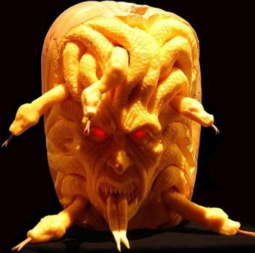 Фото мастерски вырезанных жутких фигурок из тыквы