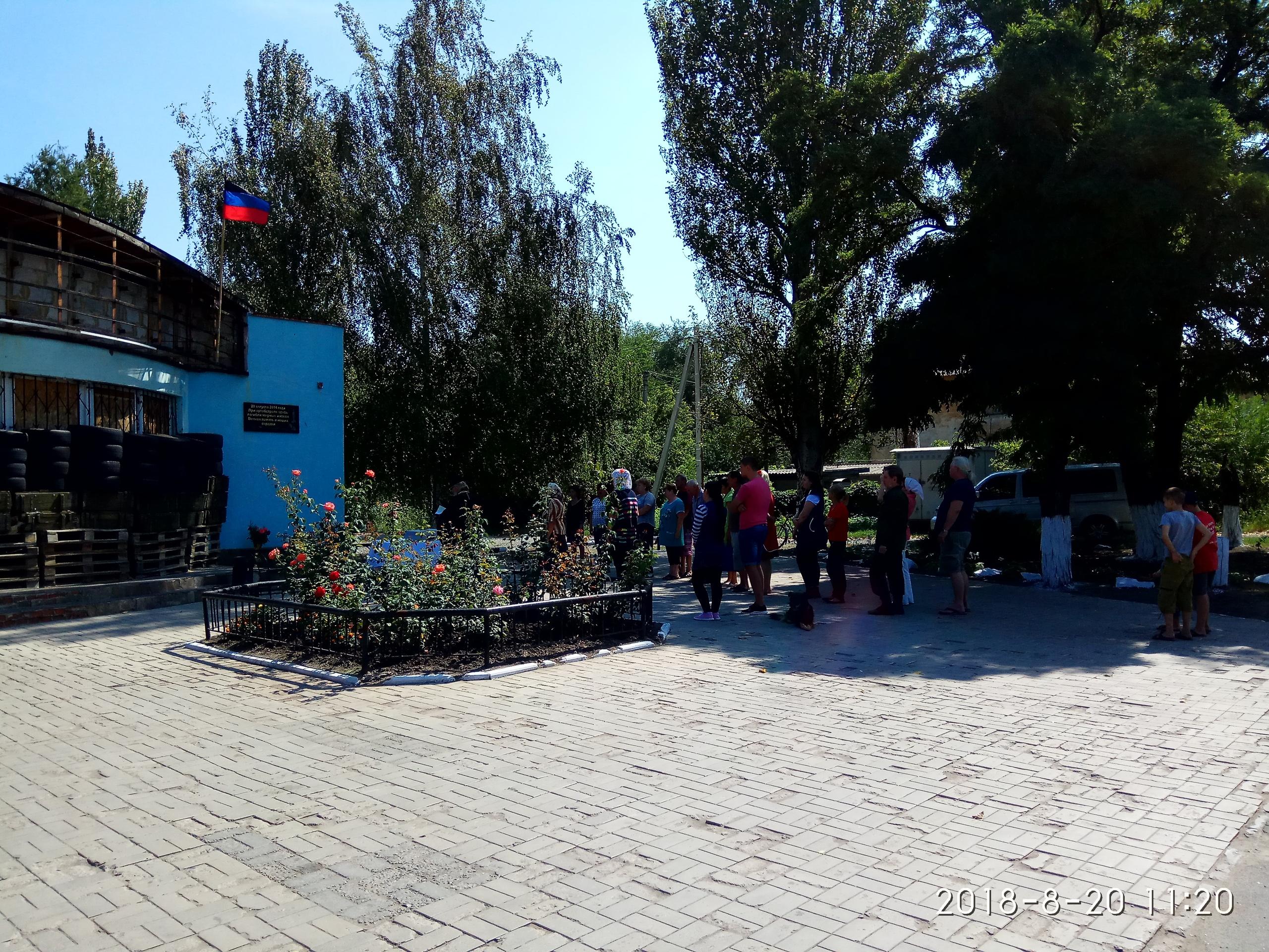 Тут 4 года назад РСЗО «Град» ВСУ убил 19 и ранил 30 человек — Молебен на жилплощадке в Донецке.