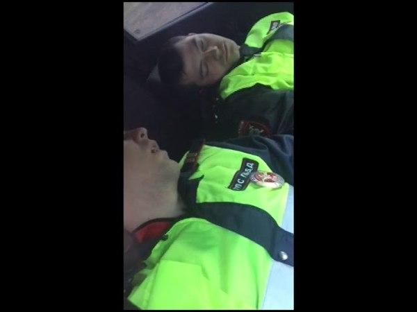 Амурчанин снял на видео спавших в служебной машине полицейских » Freewka.com - Смотреть онлайн в хорощем качестве