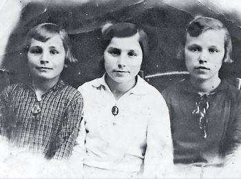 Мария (слева) в платье из ткани сарпинка.