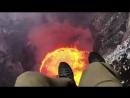 Пилот завис над кратером вулкана и снял эпичное видео