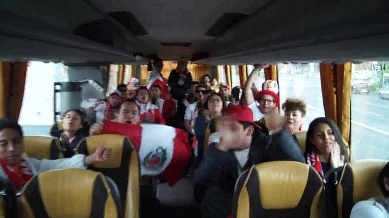 Болельщики из Перу скандируют в автобусе